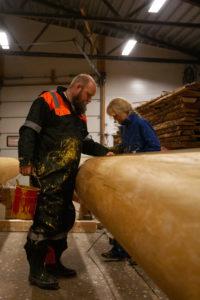 Bilde av Eimund Sand som jobber med søylene til Roseslottet 2020 - Det store løftet