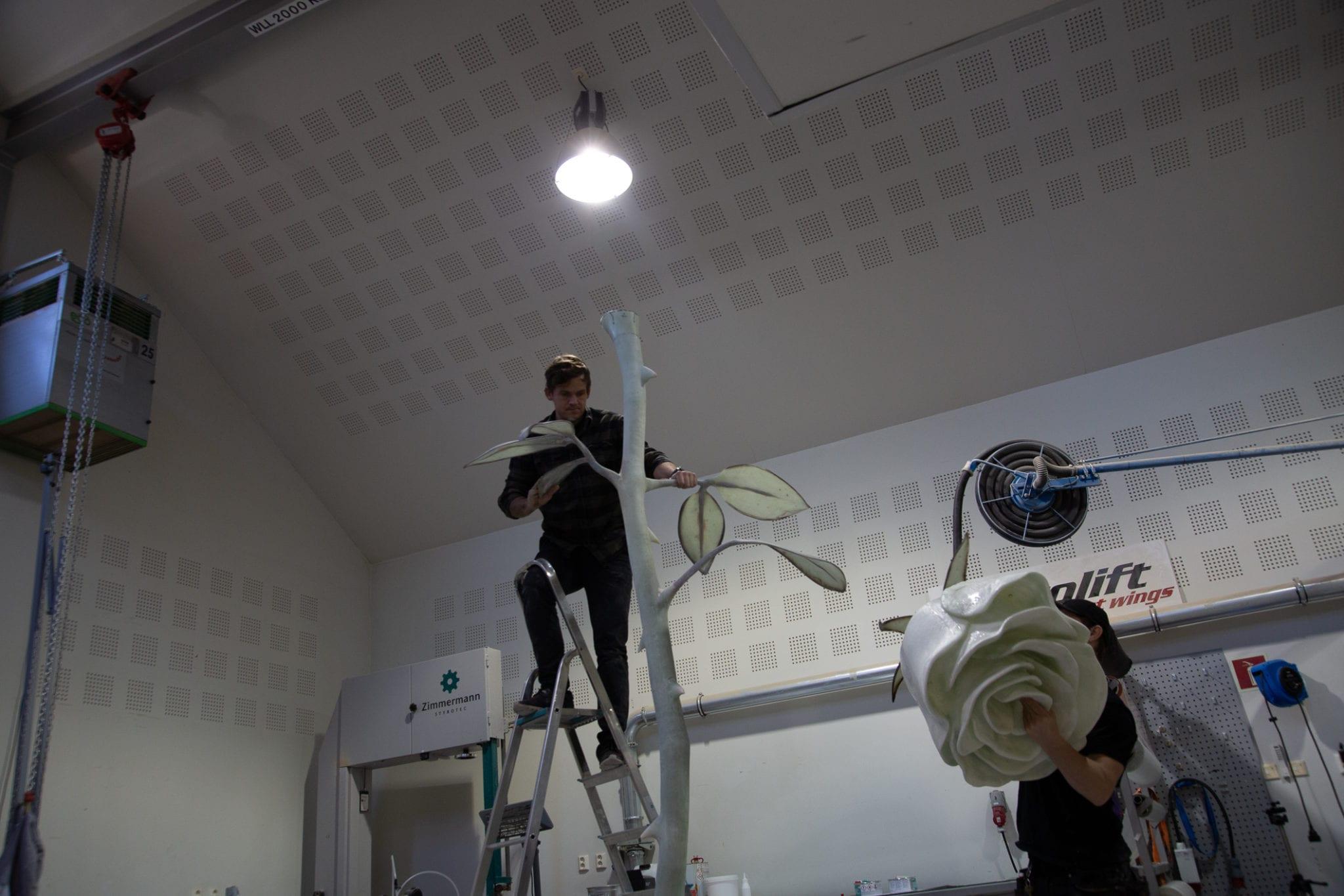 Bilde av den Hvite Rose under arbeid - Eker Design - Roseslottet 2020