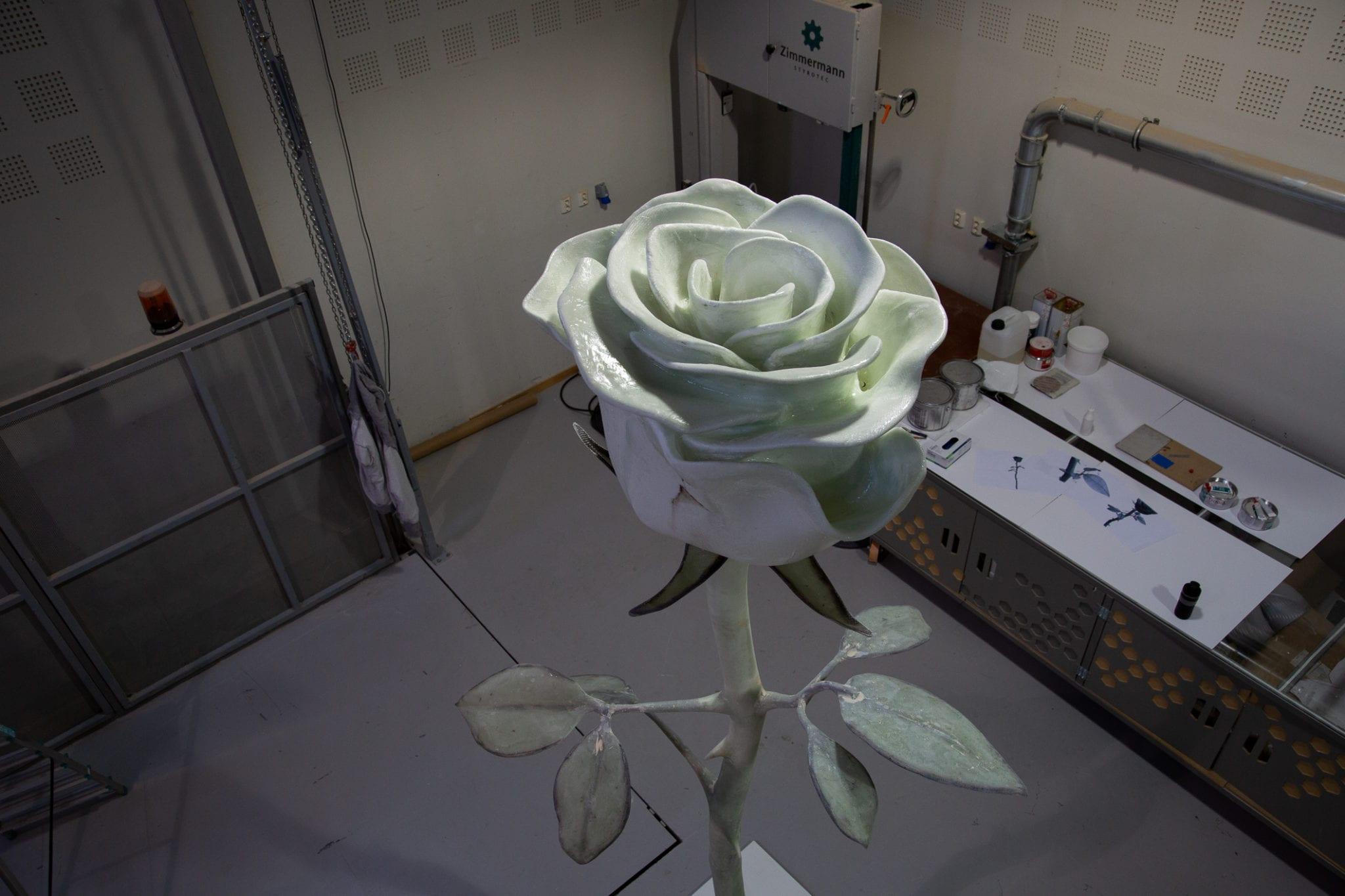 Bilde av den Hvite Rose under arbeid - Eker Design Fredrikstad - Roseslottet 2020
